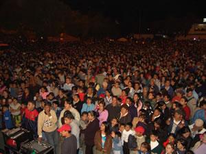 Los Inocentes 2005 .- Entre la tarde y la noche del jueves 6 de enero gran cantidad de público se dio cita hacia el nuevo recorrido de las comparsas por la Av. Solano, los alrededores del Estadio y terminaba junto a las Escalinatas.
