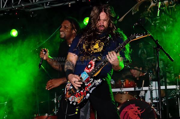 Sepultura .- Sepultura es una banda brasileña de thrash metal. Fue formada en la ciudad de Belo Horizonte por dos hermanos, Max e Igor Cavalera, que aprendieron a dominar sus instrumentos autodidácticamente: Max la guitarra e Igor la batería, juntándose con algunos amigos del barrio donde vivían, en la dura realidad económica y social de Belo Horizonte, en el estado de Minas Gerais; Paulo Pinto en el bajo y Jairo T en la segunda guitarra. Las influencias principales de Sepultura un grupo que también influyó en la creación de un thrash metal más duro son: Motörhead, Black Sabbath, Metallica, Slayer, Iron Maiden, Megadeth, entre otros. La banda ha logrado vender más de 15 millones de discos en todo el mundo. Su estilo ha variado a lo largo de su discografía, incluyendo vertientes como el death metal, el thrash metal, la música industrial y elementos de la música étnica de Brasil.  Miembros Actuales: Paulo Jr. - Bajo 1984 Andreas Kisser - Guitarra 1987 Derrick Green - Voz - Guitarra 1998 Jean Dolabella - Batería 2006  Miembros Anteriores: Wagner Lamounier - Voz / guitarra 1984 - 1985 Jairo Guedes- Guitarra líder 1984 - 1986 Max Cavalera - Voz / guitarra rítmica 1984 - 1996 Igor Cavalera - Batería 1984 - 2006.