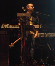 Concierto de Tercer Mundo en Cuenca 2005 .- Juan Manuel tecladista de Tercer Mundo en este concierto se presentaron junto a los Cruks en Karnak y Café Tacuba