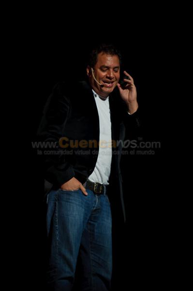 Daniel Sarcos en Mi vida no es tan Sensacional .- Daniel Enrique Sarcos Cabrera es un presentador de la televisión y cantante de Venezuela. Fue el anfitrión de Super Sábado Sensacional y, La guerra de los sexos segunda Edición en Marzo de 2009 junto con Viviana Gibelli. Ambos programas se ven en el canal venezolano Venevisión. Ha actuado en la película dominicana, Un de macho mujer en 2006. Está casado con la participante a Miss Venezuela, la modelo y presentadora de televisión venezolana Chiquinquirá Delgado, quien tiene una hija de 15 años llamada María Elena, la cual es fruto de su primer matrimonio con el cantautor Guillermo Dávila. En la actualidad es animador del programa El Familion en Ecuador y vino a nuestra ciudad con un monologo que a todos sus espectadores hizo reir hasta no poder.