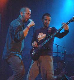 Concierto de Cruks en Karnak en Cuenca 2005 .- Esta banda integrada por Sergio Sacoto Arias, voz, Andrés Sacoto Arias bajo, Pablo Santacruz, teclados y Pablo Estrella, guitarra.