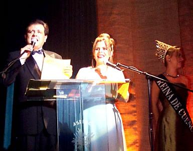 Reina de Cuenca 2002 .- Los presentadores de la Noche junto a María Lorena Salazar Reina de Cuenca 2001-2002