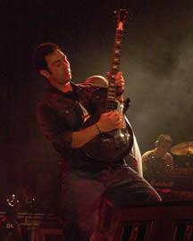 Concierto de Cruks en Karnak en Cuenca 2005 .- Cruks en Karnak es indiscutiblemente la banda ecuatoriana con mayor presencia y poder escénico del país