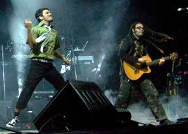Café Tacuba en Cuenca .- Entre los discos de la banda se encuentran Cafe Tacvba (1992), Re (1994), Avalancha De Exitos (1996), Vale Callampa (2002), Cuatro Caminos (2003)