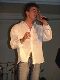 Fashion 2005 .- Durante el show hubo la intervención tanto del conjunto del Colegio Borja como de un joven talento cuencano