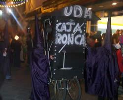 Fiesta de Inocentes en Cuenca .- Durante la tarde y noche del 6 de enero tiene lugar a lo largo de la calle Bolívar el tradicional desfile de comparsas y disfraces.  Una multitud impresionante se da cita para deleitarse con el desfile.  Los ganadores obtendrán premios de 500 a 100 dólares.