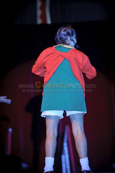 El Circo de la Chilindrina .- Sin duda, el personaje más conocido internacionalmente que ha interpretado María Antonieta de las Nieves es el de la Chilindrina en El Chavo del Ocho que fue ideado por Roberto Gómez Bolaños para ella gracias a su baja estatura y la facilidad de interpretar una voz más infantil. La Chilindrina era una niña pecosa, sin un diente, que vivía con su papá, Don Ramón, interpretado por Ramón Valdés. Este personaje tuvo además su serie propia, llamada Aquí está la Chilindrina, emitida en la década de los noventa. La Chilindrina no aparece en la serie animada del Chavo, esto se debe a que Roberto Gómez Bolaños ya no posee los derechos del personaje, sino la misma actriz María Antonieta de las Nieves. En su lugar, su papel es representado por Popis, Ñoño o Paty, y en algunas raras ocasiones por Don Ramón. Maria Antonieta de las Nieves Fue una de las actrices de doblaje más cotizadas en México trabajando para la compañía Cinematográfica Interamericana S.A. (CINSA) durante fines de los sesenta y comienzos de los setenta. Entre sus trabajos en este rubro destacan voces de niños y mujeres en series como Mis adorables sobrinos, Mi bella Genio, Hechizada, Los Picapiedras, Los Invasores, Johnny Quest, Los 4 Fantásticos, Los Locos Adams, Flipper, y el Súper Agente 86. Aportó su talento vocal a personajes como Batichica en Batman (serie de televisión), Eddie Munster en Los Munsters, Tabitha en Hechizada, Merlina Addams en Los locos Addams, Dorothy en El mago de Oz (película), etc. Actualmente dirige el circo que lleva el nombre de su personaje, recorriendo México, Centro y Sur América principalmente. Y es por esto que www.Cuencanos.com hizo este foto reportaje donde este reconocido y popular personaje de la Chilindrina visito Cuenca con su circo.