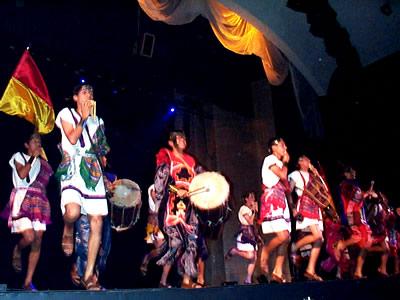 Reina de Cuenca 2002 .- Grupo invitado del Colegio Técnico Salesiano interpretando música folklorica