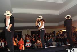 Fashion 2005 .- La presentación de una coreografía puso fin al desfile y dio inicio a la farra que duraría toda la noche