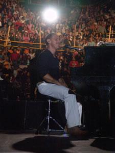 Concierto Franco de Vita en Cuenca .- Después de terminar sus estudios a nivel diversificado, Franco entra a estudiar música en el Conservatorio Nacional, para aprender piano. Buscando a un Franco de Vita más personal y sincero, nos encontramos a un individuo que evoca sus imágenes con una sonrisa en el rostro
