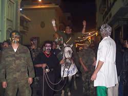 Fiesta de Inocentes en Cuenca .- En las calles de cuenca se lleva a cabo el tradicional desfile de comparsas, escenificando lo bueno, lo malo y lo feo del año pasado, especialmente en el campo de la política.