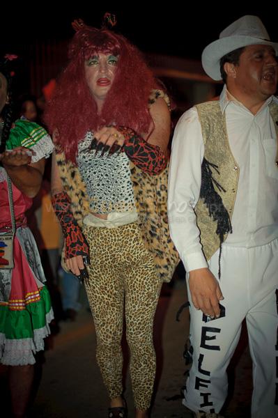 Los Inocentes 2011 .- Esta vez fue por la avenida Huaynacapac saliendo desde la calle Bolivar hasta la iglesia del Vergel cientos de Cuencanos aprovecharon para disfrazarse y desfilar en las tradicionales comparsas del día de los inocentes, mientras miles de personas admiraban y se reían de las actuaciones de las familias, universidades, colegios y mas actuaciones de los situaciones  únicas del 2010.