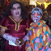 Fiesta de Inocentes en Cuenca .- El tradicional desfile constituye una forma caricaturesca y alegre del pueblo de representar mediante disfraces y comparsas (una especie de teatro popular callejero), a los personajes políticos o famosos de la ciudad el país o el mundo.