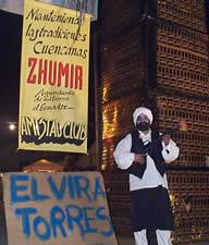 Año Viejo en Cuenca .- Los arreglos de escenarios improvisados realizados el 31 de diciembre en los barrios más populares de Cuenca, tienen generalmente como motivo los aspectos más importantes de la vida política y social de la ciudad representados con jocosidad y aguda observación popular.