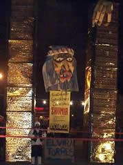 Año Viejo en Cuenca .- Para esta fecha se sacan a las calles enormes muñecos, a los que llaman años viejos y que según algunos tradicionalistas, simbolizan a los judíos que quemaba la inquisición en tiempos de la colonia.