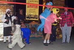 Año Viejo en Cuenca .- Esta tradición parece estar mucho mas relacionada con la quema de las fallas en valencia, que son muñecos que simbolizan los errores y equivocaciones cometidos durante el año que fenece.