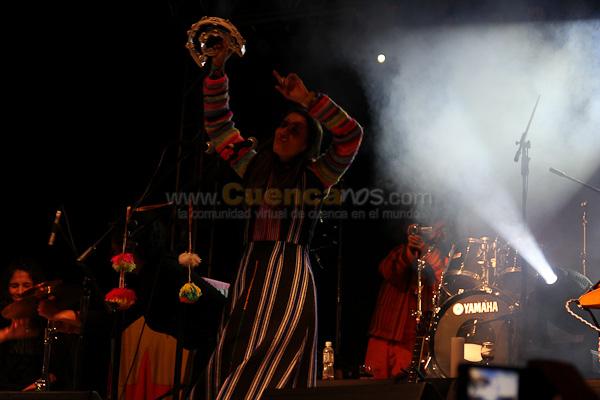 Aterciopelados .- El grupo colombiano Aterciopelados dio un concierto gratuito en la popular plazoleta del Parque de la Madre. Cientos de Cuencanos admiraron a esta popular banda Colombiana..