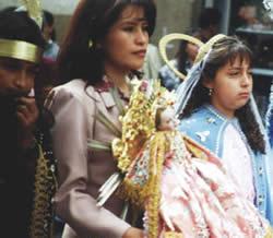 Pase del Niño Viajero .- El desfile lo protagonizan imágenes escultóricas del Niño Dios provenientes de iglesias y de propiedad particular que van engalanadas y acompañadas por niños disfrazados de pastorcillos, ángeles, vírgenes, reyes magos, cholas, cañarejos, fitajas, etc.