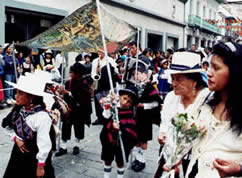 Pase del Niño Viajero .- 'El 24 de Diciembre, el pueblo Azuayo rinde homenaje a la sagrada imagen con la gran Pasada; vistoso carros alegóricos, niños vestidos con atuendos típicos representan los diferentes pasajes bíblicos'