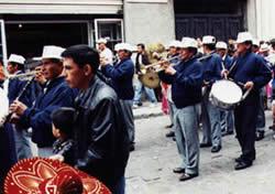 Pase del Niño Viajero .- La pasada da inicio su recorrido desde la Avenida Ordóñez Lazo para continuar por la calle Bolívar y la intersección con la Luis Cordero dirigirse por la Sucre hasta llegar a la Catedral de l Inmaculada en el parque Calderón.