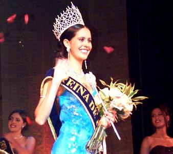 Reina de Cuenca 2002 .- Saludando al público la Reina electa María Victoria Arbeláez
