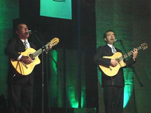 Elección de la Reina del Azuay 2005 .- El Dúo Alfa y Beta interpretando música nacional