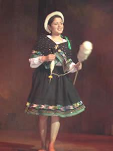 Elección de la Reina del Azuay 2005 .- Valeria Orellana representa al Cantón Gualaceo, en su presentación de Traje Típico .Tiene 19 años, cabello castaño claro, ojos cardenillo