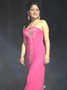 Elección de la Reina del Azuay 2005 .- Muy elegante luce Valeria Orellana en su presentación en Traje de Noche