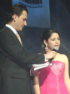Elección de la Reina del Azuay 2005 .- Valeria Orellana durante la pregunta realizada por Christian Norris