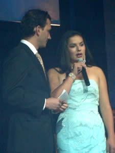 Elección de la Reina del Azuay 2005 .- Muy segura contesta Verónica Iñiguez a la pregunta hecha por Christian Norris
