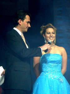 Elección de la Reina del Azuay 2005 .- Gabriela Parra durante la pregunta formulada por Christian Norris