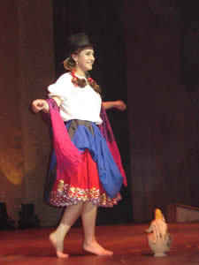 Elección de la Reina del Azuay 2005 .- En su Traje Típico observamos a Mariela Cárdenas, representante de Sevilla de Oro