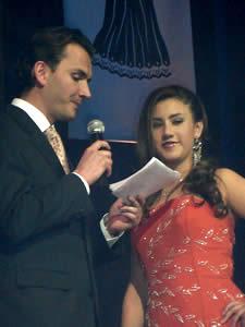 Elección de la Reina del Azuay 2005 .- Mariela Cárdena representante de Sevilla de oro atenta a la pregunta hecha por Christian Norris