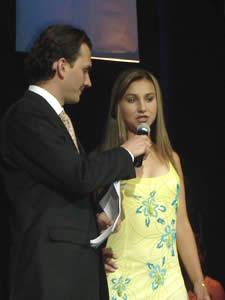 Elección de la Reina del Azuay 2005 .- Mariana Ochoa durante la pregunta formulada por Christian Norris