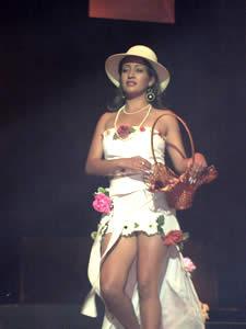 Elección de la Reina del Azuay 2005 .- María José Carrasco, representa al Comando Provincial de Policía No. 6, tiene 17 años, cabello castaño claro, le gustaría estudiar Turismo. Disfruta escuchar música y hacer deportes.