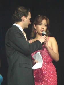 Elección de la Reina del Azuay 2005 .- María José Carrasco durante la pregunta realizada por Christian Norris