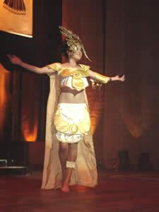 Elección de la Reina del Azuay 2005 .- Anita Cecilia Samaniego, representante del Cantón Chordeleg, en su presentación en Traje Típico