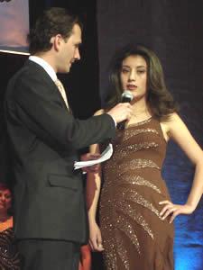 Elección de la Reina del Azuay 2005 .- Muy segura contesta Anita Samaniego del Cantón Chordeleg a la pregunta hecha por Christian Norris