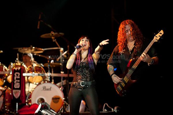Mago de Oz .- Mago de Oz es un grupo español de folk metal formado en mayo de 1988 por el baterista Txus di Fellatio en el Barrio de Begoña, Madrid. Inicialmente llamado Transilvania, en honor a Iron Maiden, no sería hasta 1989 cuando pasara a llamarse Mago de Oz.1 A pesar de las controversias varias que les han atribuido sus detractores casi desde sus inicios (desde acusaciones de comercialidad por su éxito en listas de música convencional, hasta acusaciones de satanismo por parte de diversas organizaciones religiosas en España y América por su disco Gaia II: La Voz Dormida), Mägo de Oz se han consagrado definitivamente como una de las bandas más importantes del rock español.
