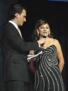 Elección de la Reina del Azuay 2005 .- Angelita Romero durante la pregunta formulada por Christian Norris