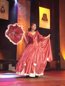 Elección de la Reina del Azuay 2005 .- Fernanda Berrezueta representante del Cantón Pucará en su presentación en Traje Típico