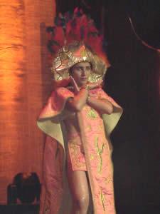 Elección de la Reina del Azuay 2005 .- Ligia Marisela Maldonado, representante del Cantón Camilo Ponce Enríquez, en su presentación en Traje Típico
