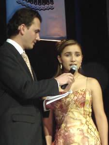Elección de la Reina del Azuay 2005 .- Muy segura contesta Ligia Maldonado del Cantón Chordeleg a la pregunta formulada por Christian Norris