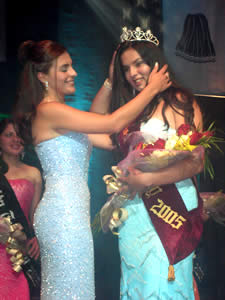 Elección de la Reina del Azuay 2005 .- Adriana Zúñiga, Reina del Azuay 2004, coloca la Corona de Reina del Azuay 2005 a Verónica Iñiguez representante del Cantón Santa Isabel
