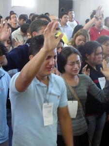 Congreso Conquistadores con Alex Campos en Cuenca .- Las Plenarias, dirigidas a Jóvenes por Alex Campos, hacían que muchos de ellos entregaran sus vidas a Jesús y con lagrimas en sus ojos se comprometían a vivir una vida de integridad