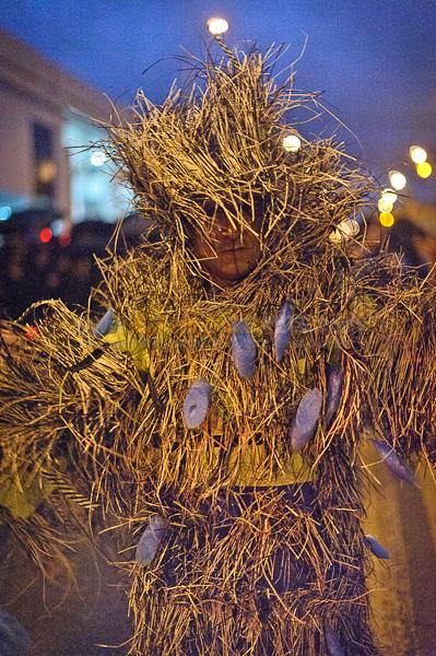 Inocentes 2012 .- Cientos de Cuencanos disfrazados de diferentes formas desfilaron por la calle huaynacapac demostrando que esta tradicion todavia vive en nuestra ciudad.