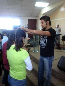 Congreso Conquistadores con Alex Campos en Cuenca .- Alex Campos intercediendo a Dios por los Jóvenes que en ese momento entregaban sus vidas Jesús