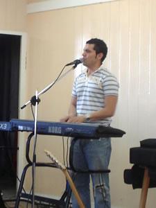 Congreso Conquistadores con Alex Campos en Cuenca .- Bani Muñoz, cantautor de origen Guatemalteco, estuvo acompañando a Alex Campos en el Piano y con suaves notas la presencia de Dios se sentía mas latente en todos los presentes