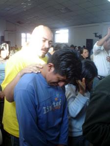 Congreso Conquistadores con Alex Campos en Cuenca .- Iván Ávila, Baterista de Misión Vida intercediendo a Dios por los Jóvenes que en ese momento entregaban sus vidas Jesús