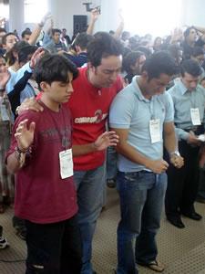Congreso Conquistadores con Alex Campos en Cuenca .- Esteban Machuca, bajista de Misión Vida, intercediendo a Dios por los Jóvenes que en ese momento entregaban sus vidas Jesús